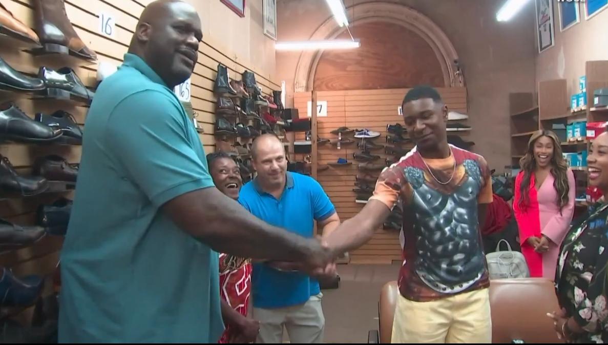 歐尼爾(左)慷慨解囊相助一名男孩買鞋。 擷圖自畫面