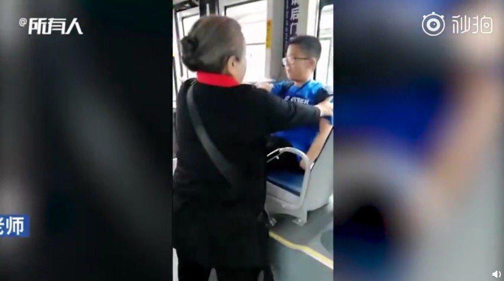 李明啟搭公車遇到男孩讓座。圖/擷自微博