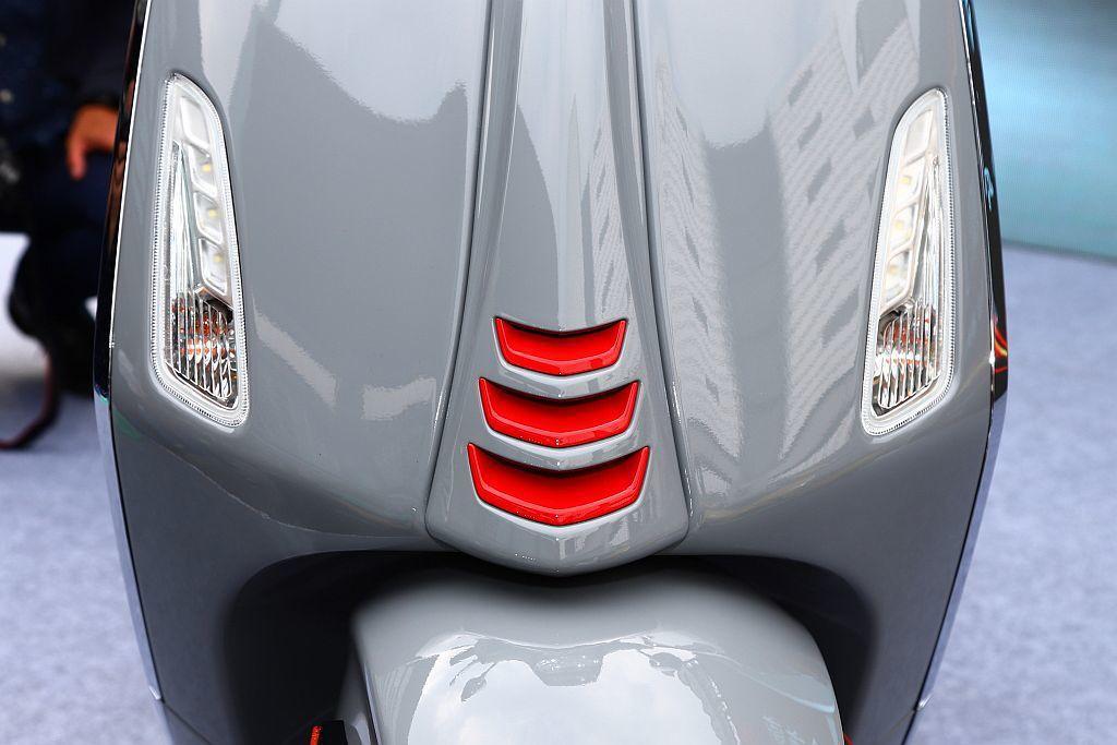 車頭下方紅色領結飾蓋。 記者張振群/攝影