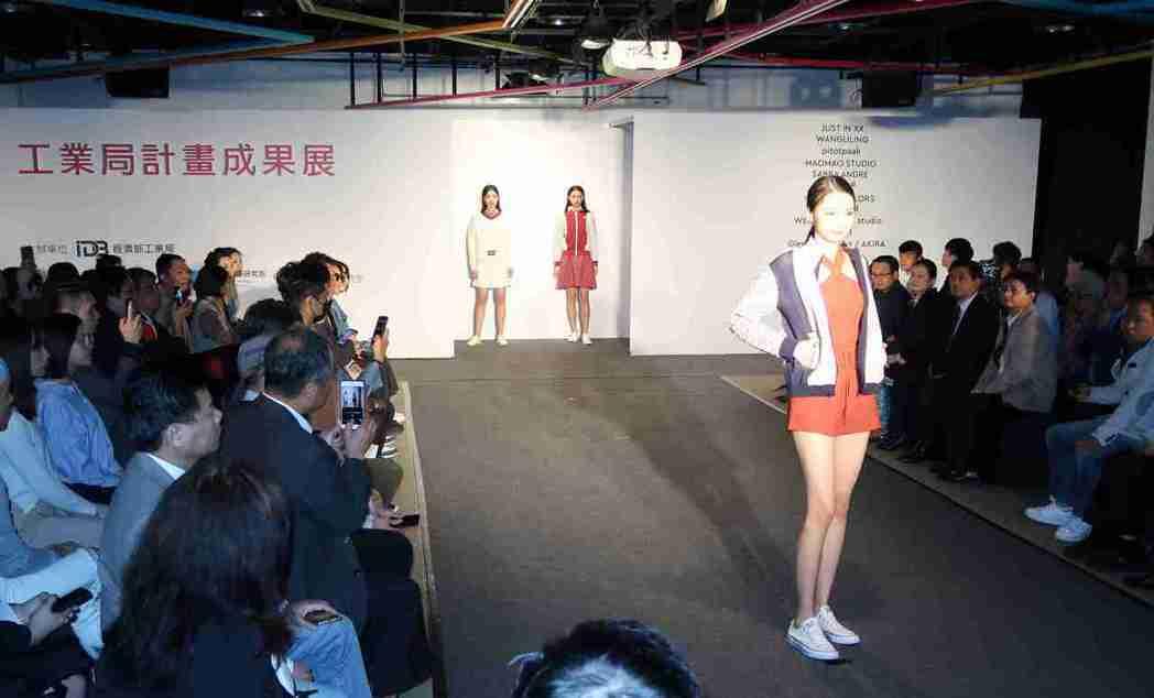 西園29服飾創作基地舉辦工業局紡織計畫成果動態秀。 李炎奇/攝影