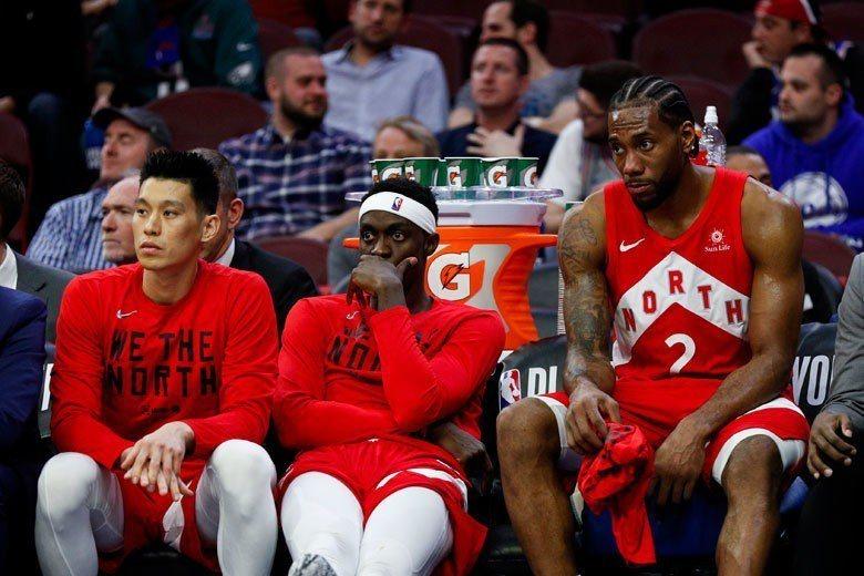 林書豪(左)頂著NBA總冠軍隊球員的光環來打CBA,勢必成為場上的焦點與其他球星...