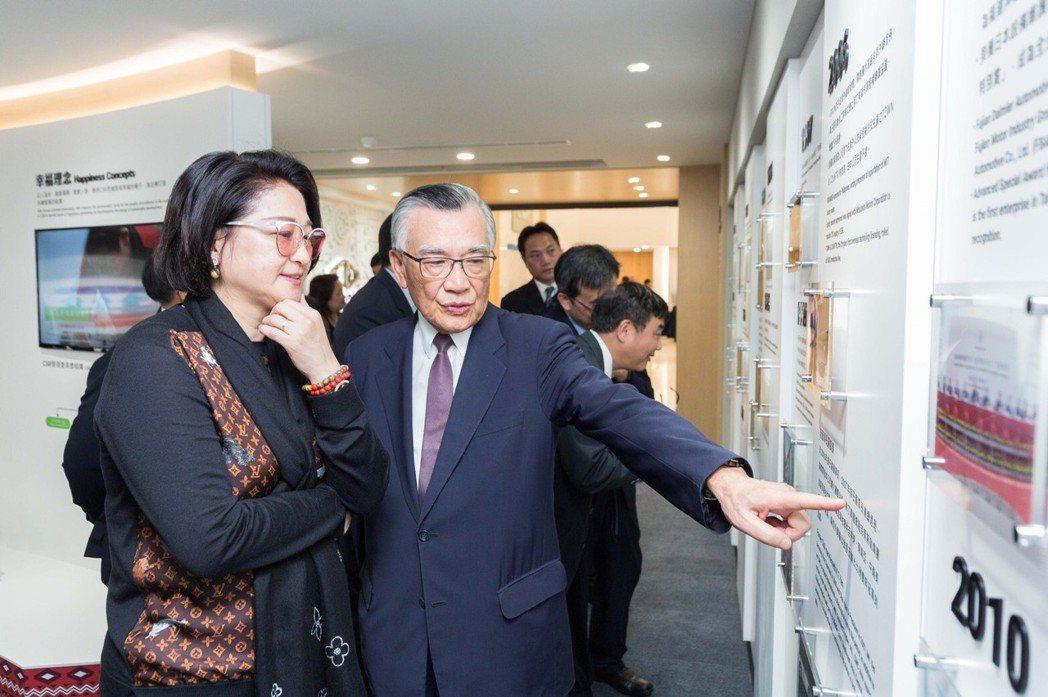 中華汽車50周年成立品牌館,董事林信義(右)與董事長嚴陳莉蓮(左)特別蒞臨參觀。...