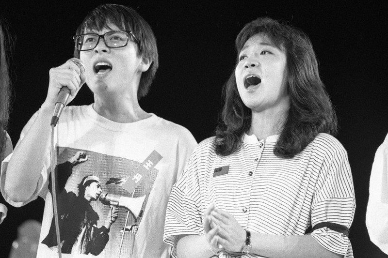 1989年6月9日,藝人張雨生(左)及眾藝人在聲援天安門的活動上,高唱〈天安門的怒吼〉〈中華民國頌〉等歌。 圖/聯合報系資料照