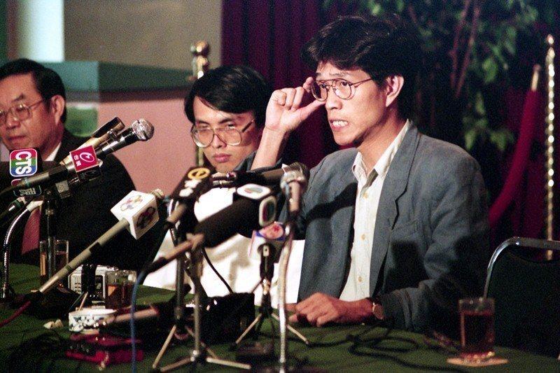 1990年,侯德健(右一)被中共官方強制「遣返」回台。圖為該年6月其返台後的首場...