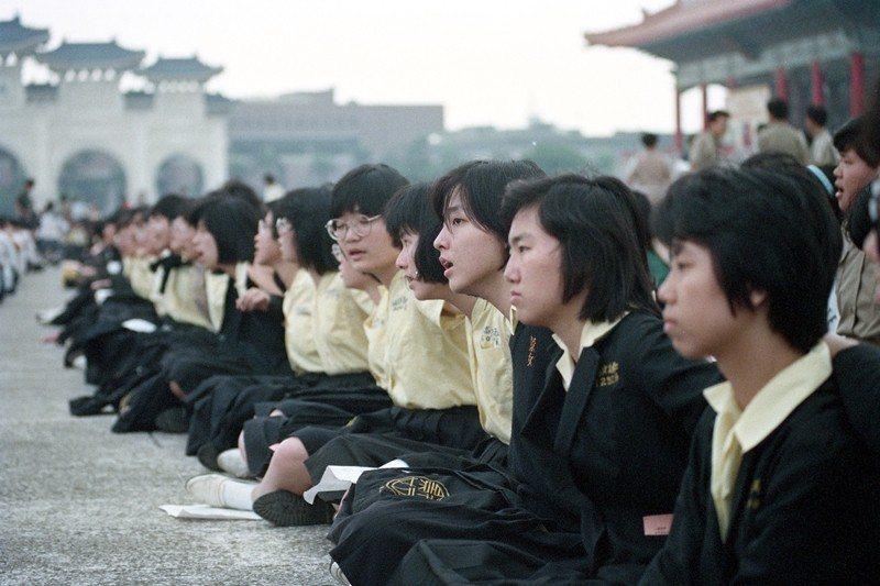 1989年5月26日,台北市5000名高中學生在中正紀念堂聲援學運,並合唱〈龍的傳人〉〈四海之內都是中國人〉〈中華民國頌〉等歌曲。 圖/聯合報系資料照
