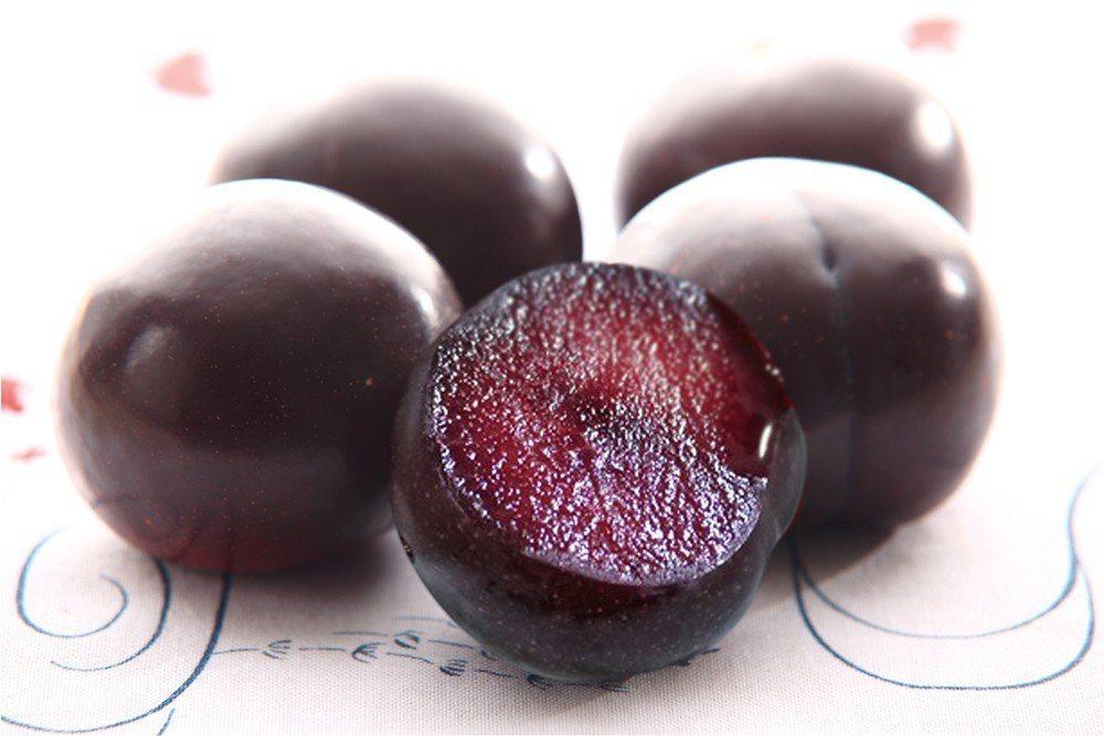 完熟的紅肉李也是製作甜點的季節限定食材。 (照片提供/高雄市政府農業局)