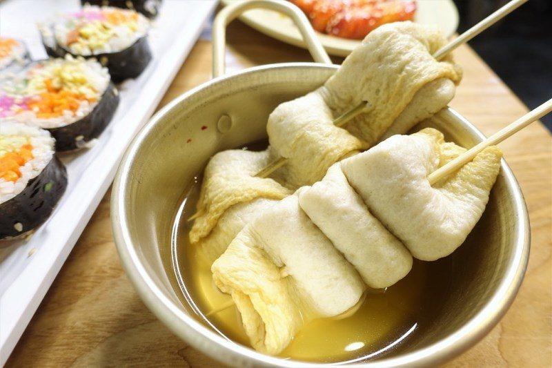 (圖/台灣旅行趣) ▲魚餅串的湯可以續喔!