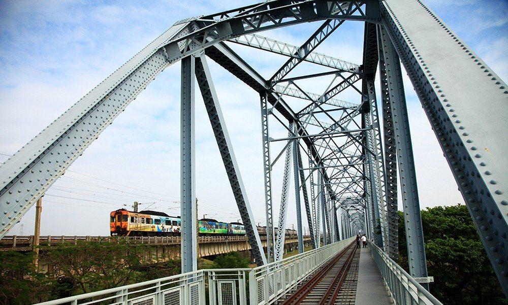 在舊鐵橋天空步道感受時光交錯的記憶。 (攝影/曾信耀)