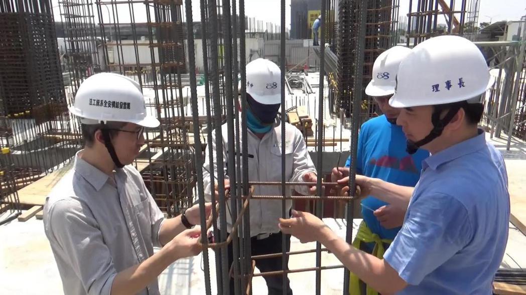 「香港樓宇檢驗學會」一行人至工地現場觀摩Alfa Safe 耐震系統工法。圖/戴...