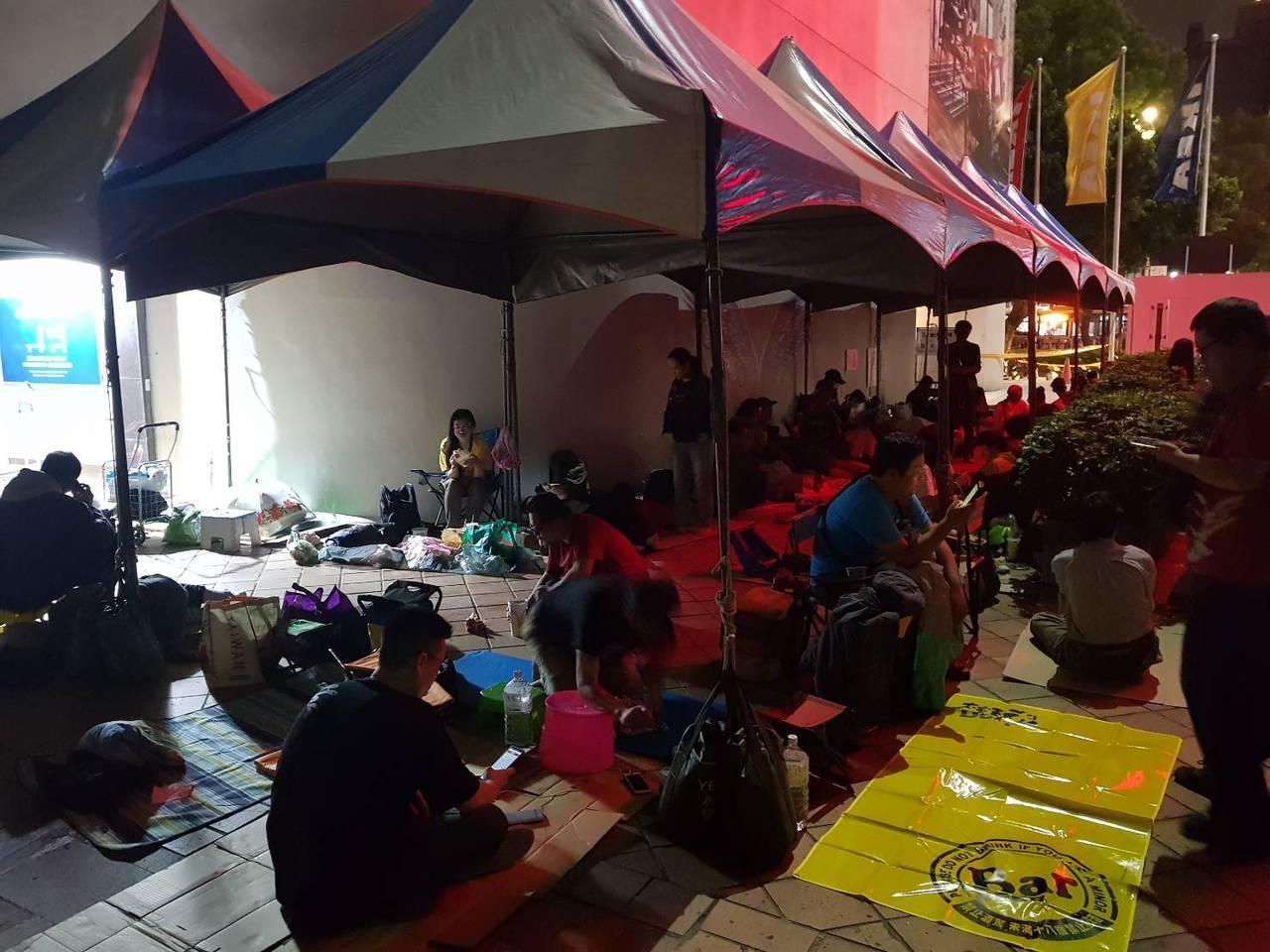 民眾準備小折椅、野餐墊、行動電源等必需品,準備長期排隊抗戰。記者陳睿中/攝影