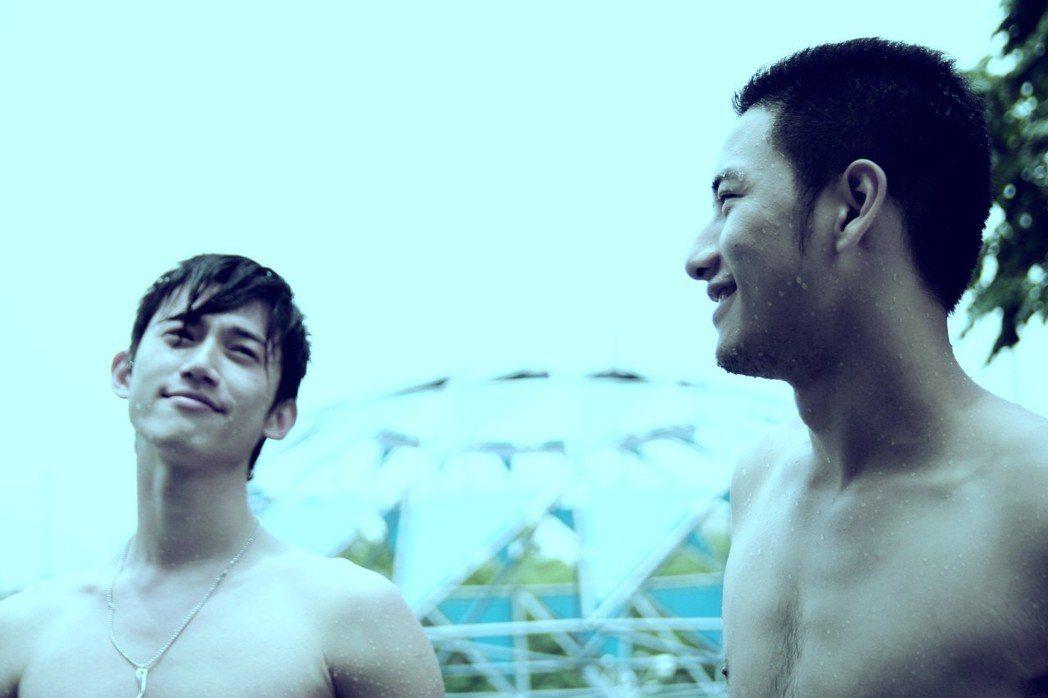 吳慷仁(左)與周孝安主演同志題材短片「沿海岸線徵友」。圖/台北電影節提供