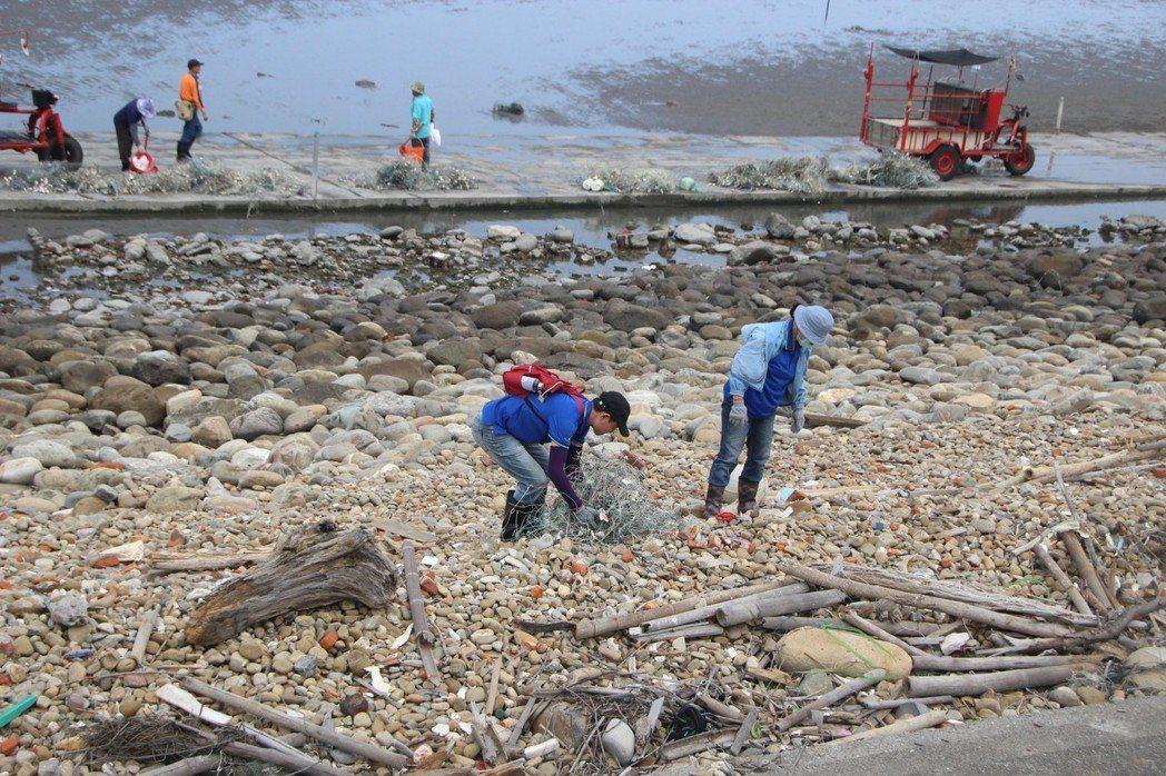 離岸風電開發商玉山能源公司員工昨天也加入彰化潮間帶廢塑活動,清除岸邊垃圾。記者林...