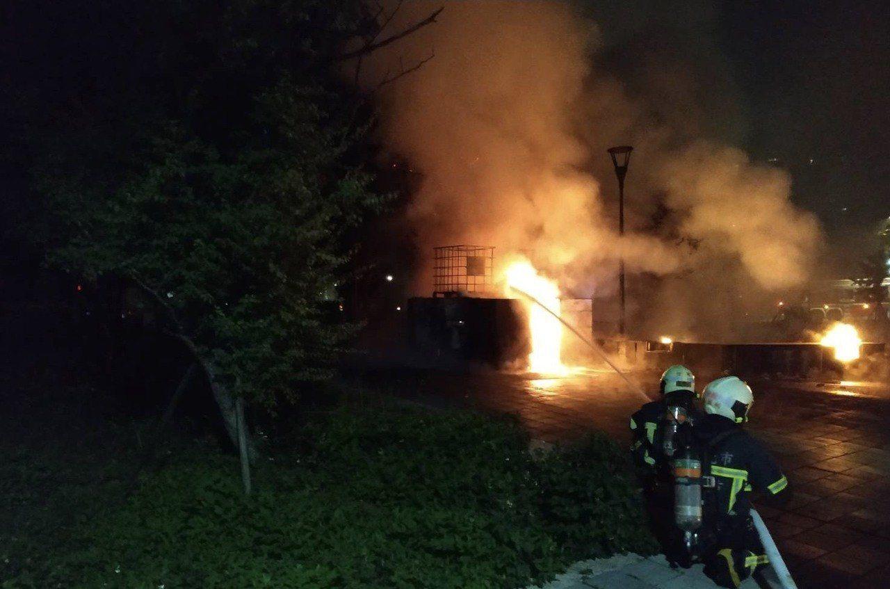 北市和平籃球館外凌晨火警 。圖/里長邱奕承提供