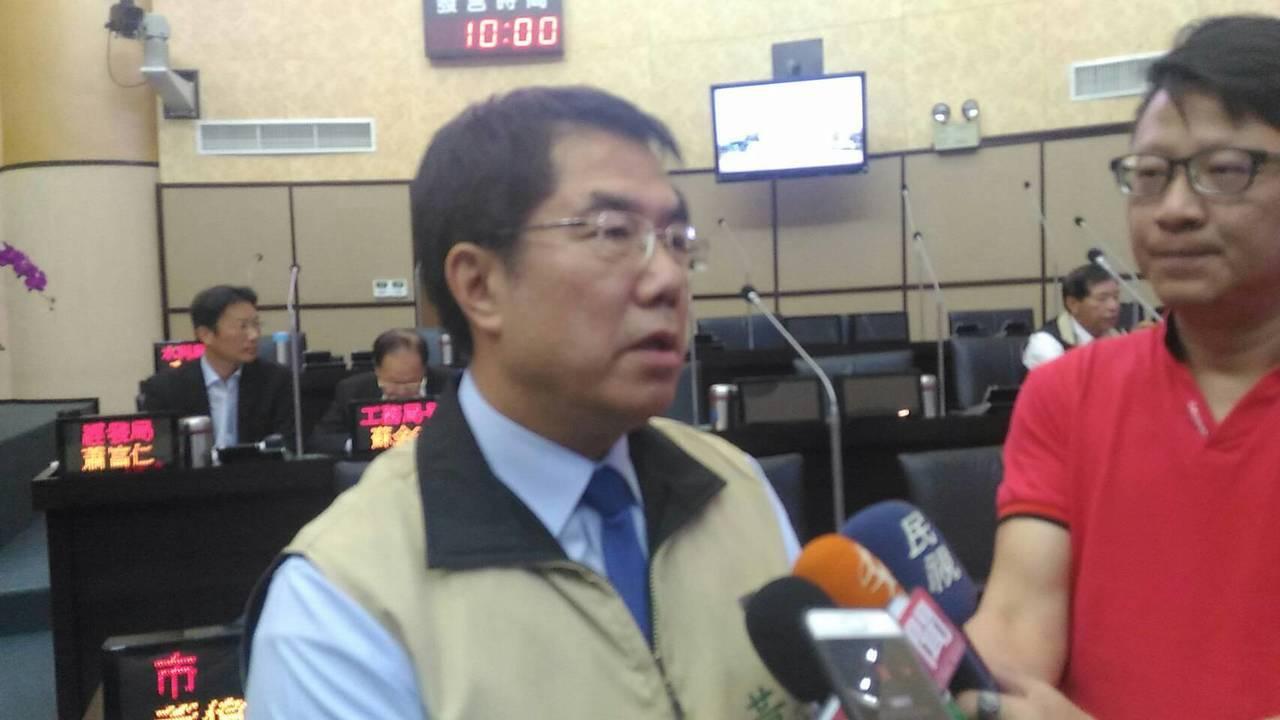 台南市長黃偉哲今天市議會表示,市府對於此案採「三生」原則,只要漁民或是地主反對設...
