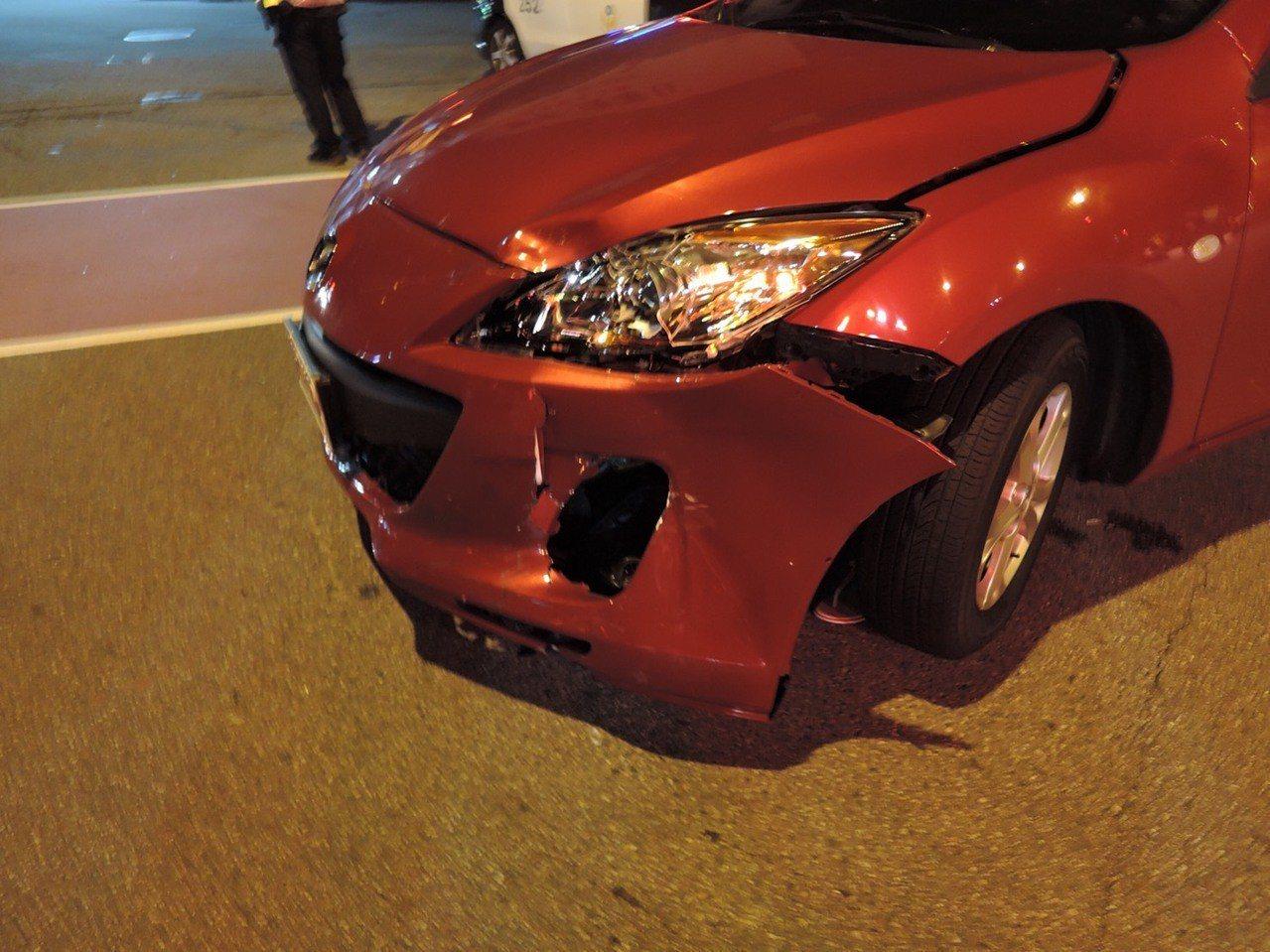 柯女騎機車雙載闖紅燈與陳女車輛發生碰撞,造成陳女汽車左前車頭凹陷。記者林佩均/翻...
