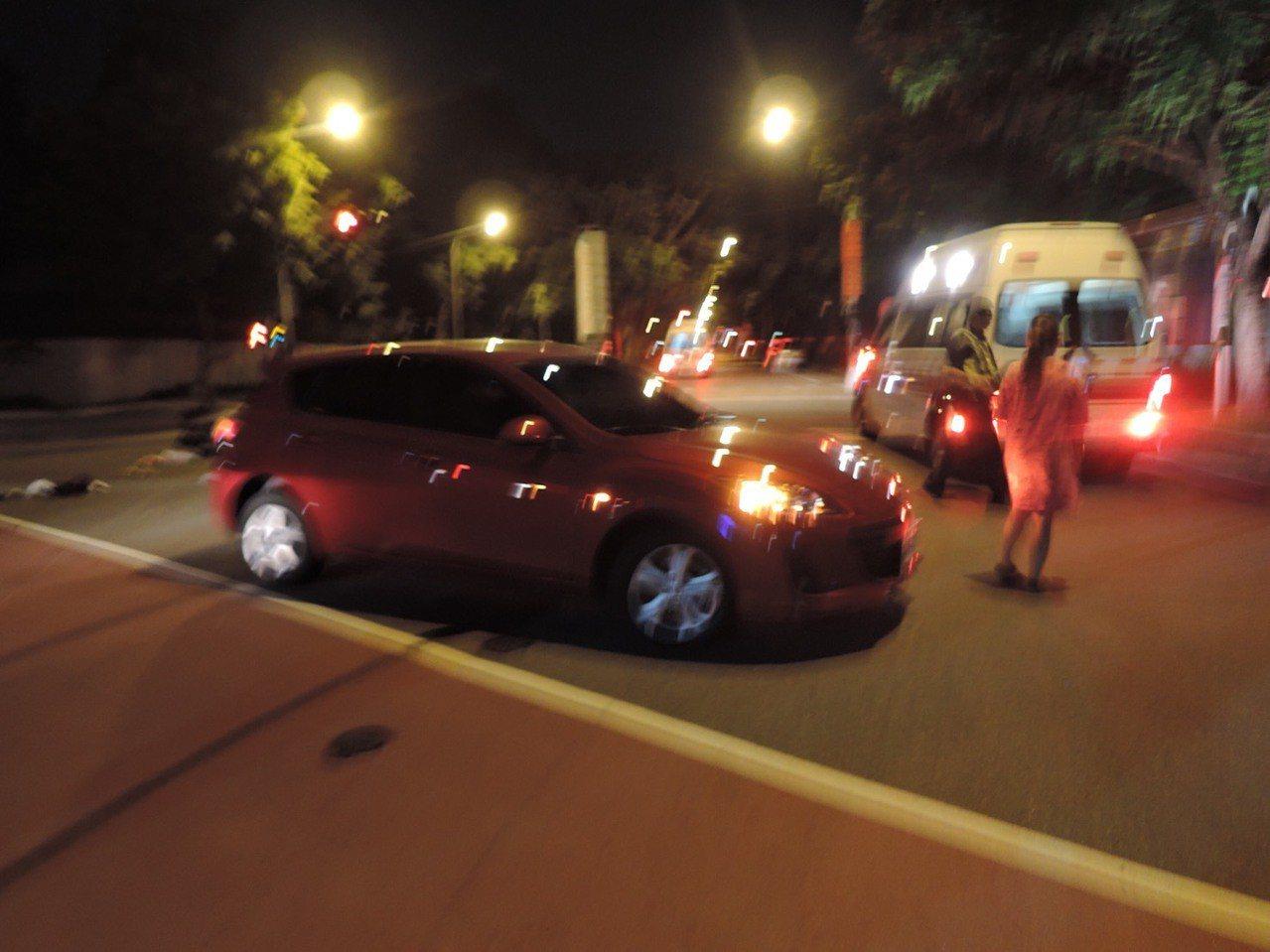 柯女騎機車雙載闖紅燈與陳女車輛發生碰撞,造成柯女與機車乘客吳女受傷送醫。記者林佩...