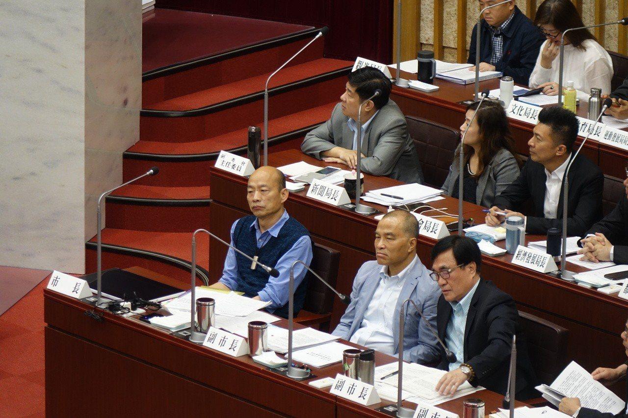 高市議員黃捷總質詢,就是不請市長韓國瑜(前左一)回答,韓國瑜坐了50分鐘的冷板凳...