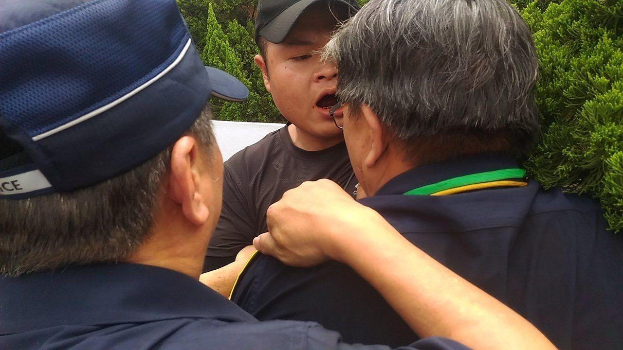 反業者在七股種電,漁民到台南市政府前抗議和警方發生推擠衝突。記者黃宣翰/攝影