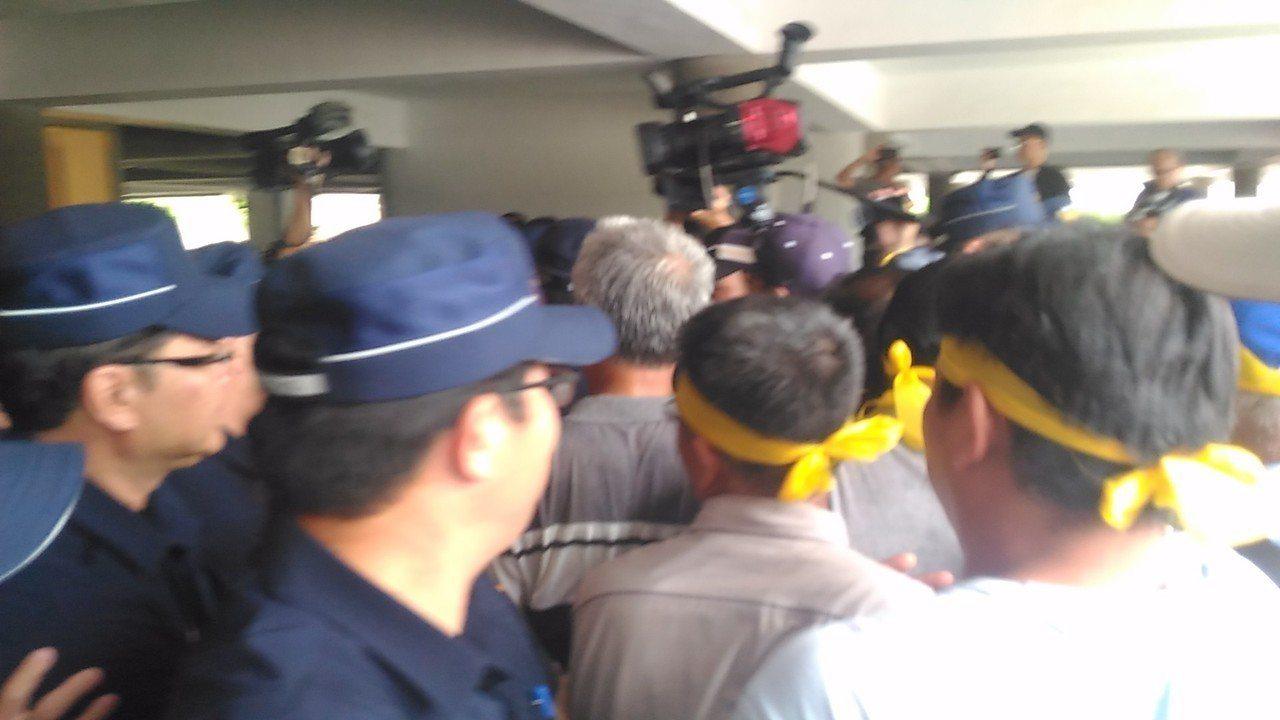 反業者在七股種電,漁民到台南市政府前抗議。記者黃宣翰/攝影