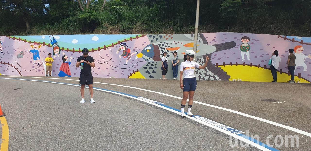 鐵砧山風景區的大型彩繪牆今天完工,可互動式角度拍照。記者游振昇/攝影