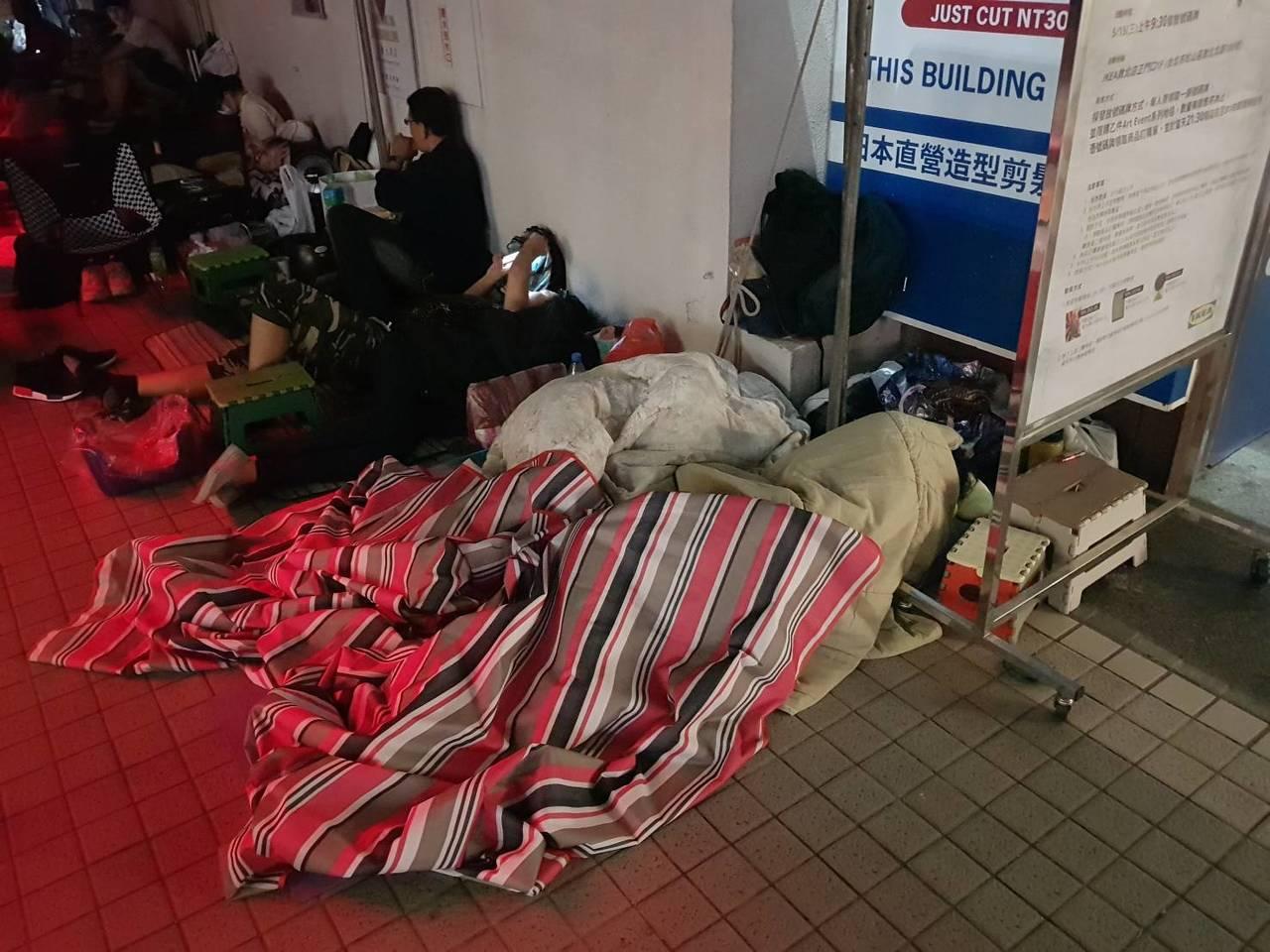 排在第一位的民眾,攜帶有毛毯、睡墊等配件,在現場排隊5天。記者陳睿中/攝影
