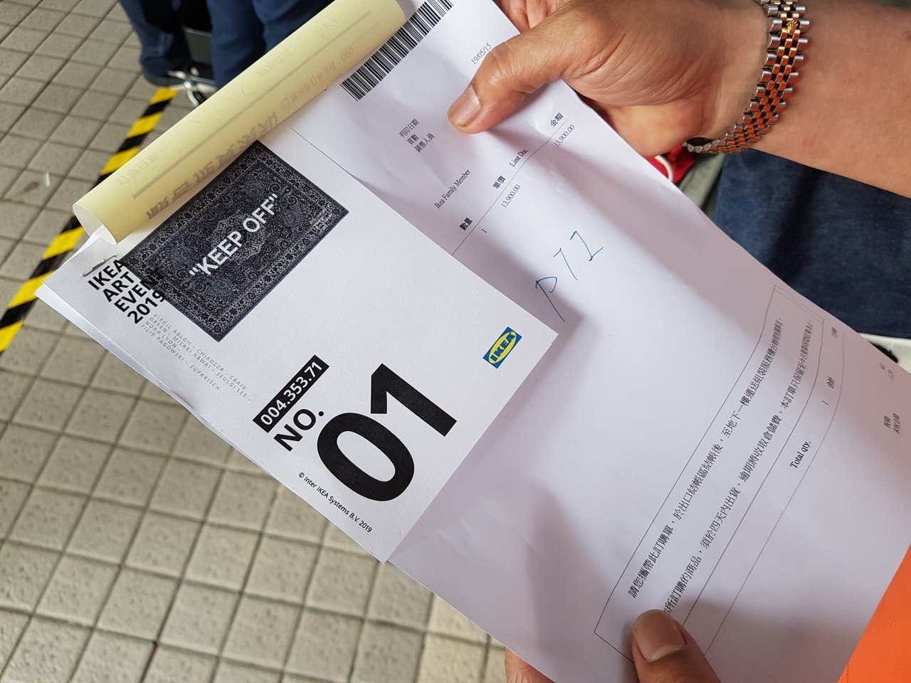拿到「No.01」號碼牌的民眾表示,自己已經排隊5天了。記者陳睿中/攝影