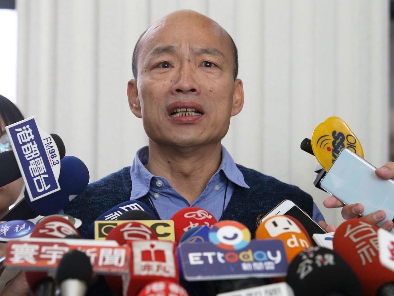高雄市長韓國瑜每天面對綠議員質詢和媒體追問,彷彿陷入「鯊魚困境」,當議題越拋越多...