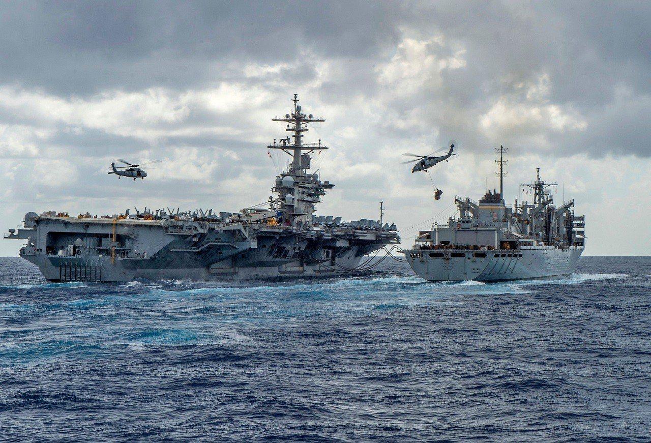 美國海軍8日釋出航空母艦「亞伯拉罕.林肯」與快速戰鬥支援船「北極」(USNS A...