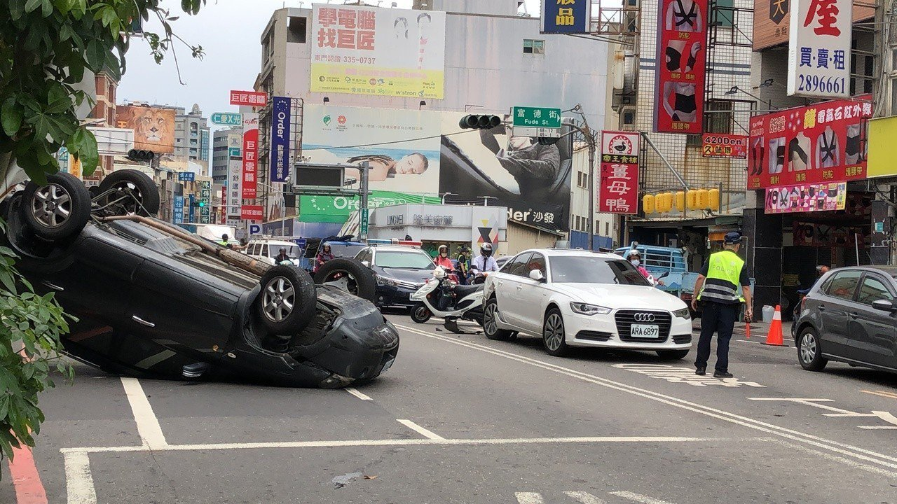 張車翻肚躺橫要道,致兩車道暫時封閉,適值中午時刻,交通頻仍,車流為之壅塞,警方迅...