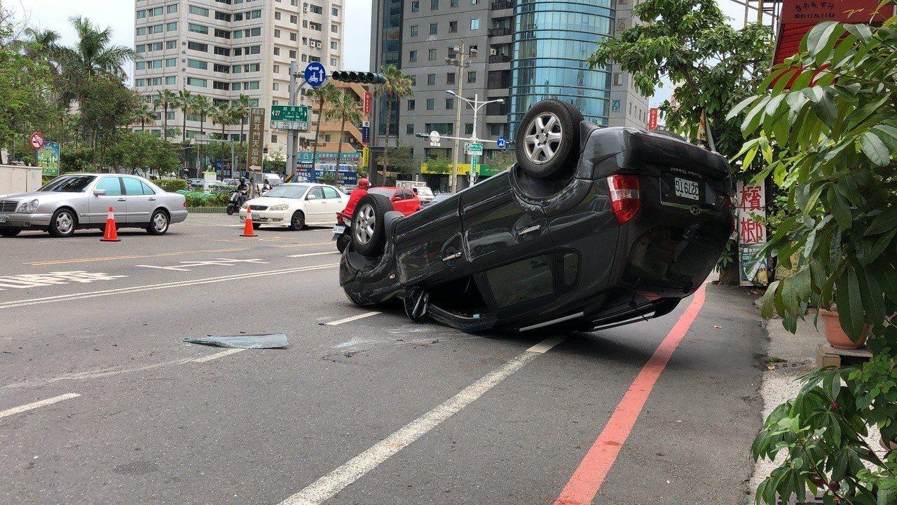 張姓男子中午開車載女友外出,經台南市東區東門及林森路口,準備左轉林森路時,切換車...