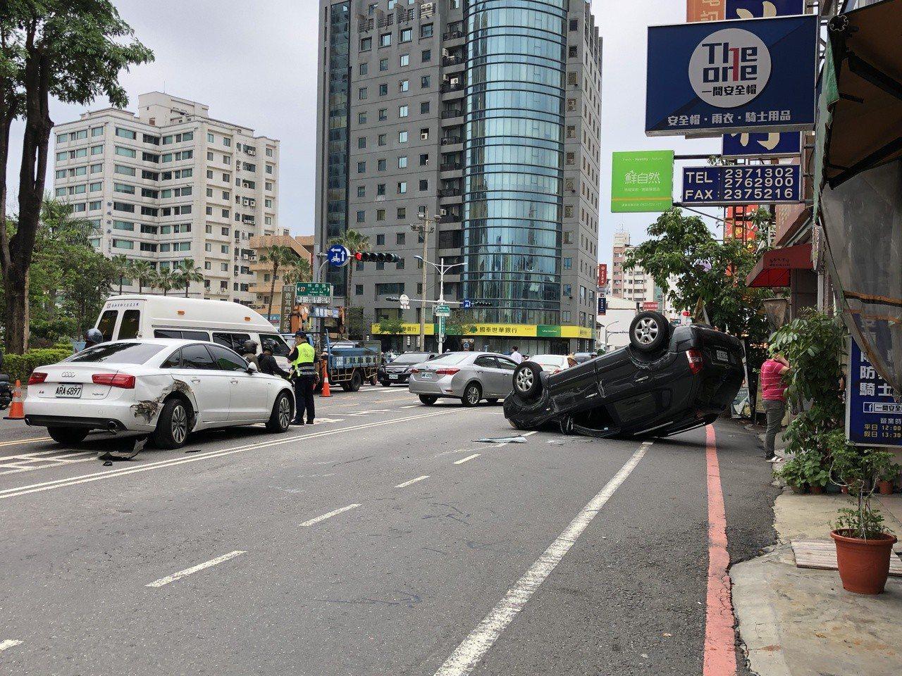 張姓男子切換車道不慎,誤踩油門,追撞白車後,整台車子翻滾後車底朝上躺在要道。記者...