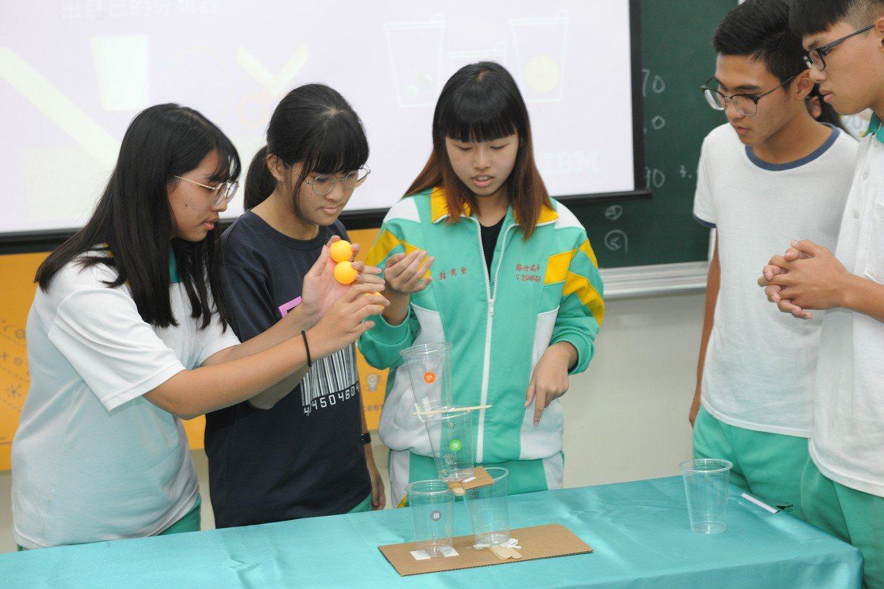 路竹高中學生利用隨手可得的材料如硬紙板、塑膠杯、冰棒棍、橡皮筋等,仿造AI進行資...