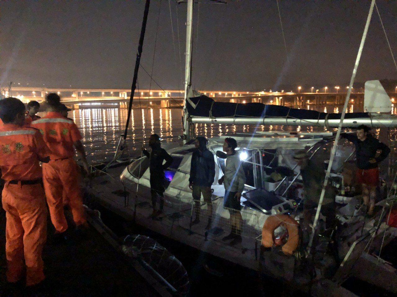法國籍帆船在北部海域迷途,被海巡署巡防艦平安引導至台北港。圖/海巡署提供