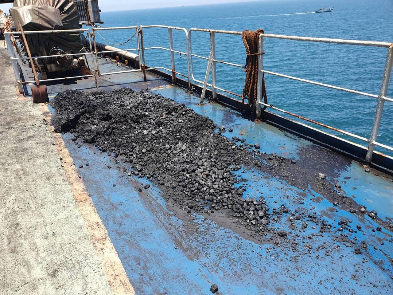 台籍運煤貨輪「中○成長」號因貨艙艙底板無法緊密,便將艙內的煤灰放置甲板兩側流入海...