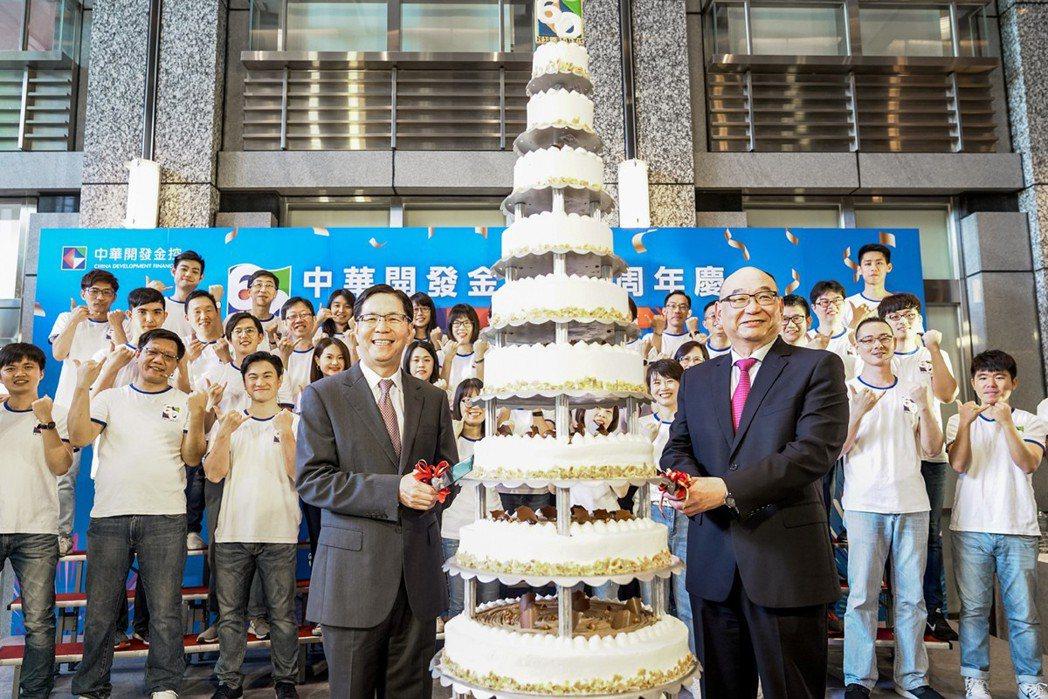 凱基證券董事長許道義(左)、總經理方維昌(右)、由主管及同仁組成的合唱團及所有同...