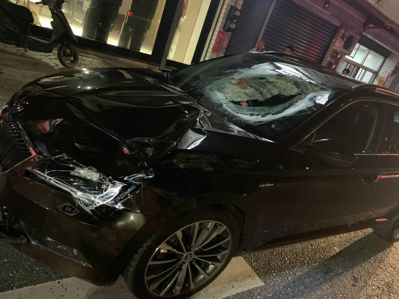 肇事黑色自小客車前擋風玻璃嚴重碎裂,引擎蓋凹陷。圖/吉安警分局提供