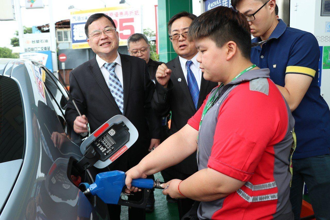 行政院環保署預計在9月起實施柴油車第6期排放標準,為讓民眾了解導入後的大型柴油車...