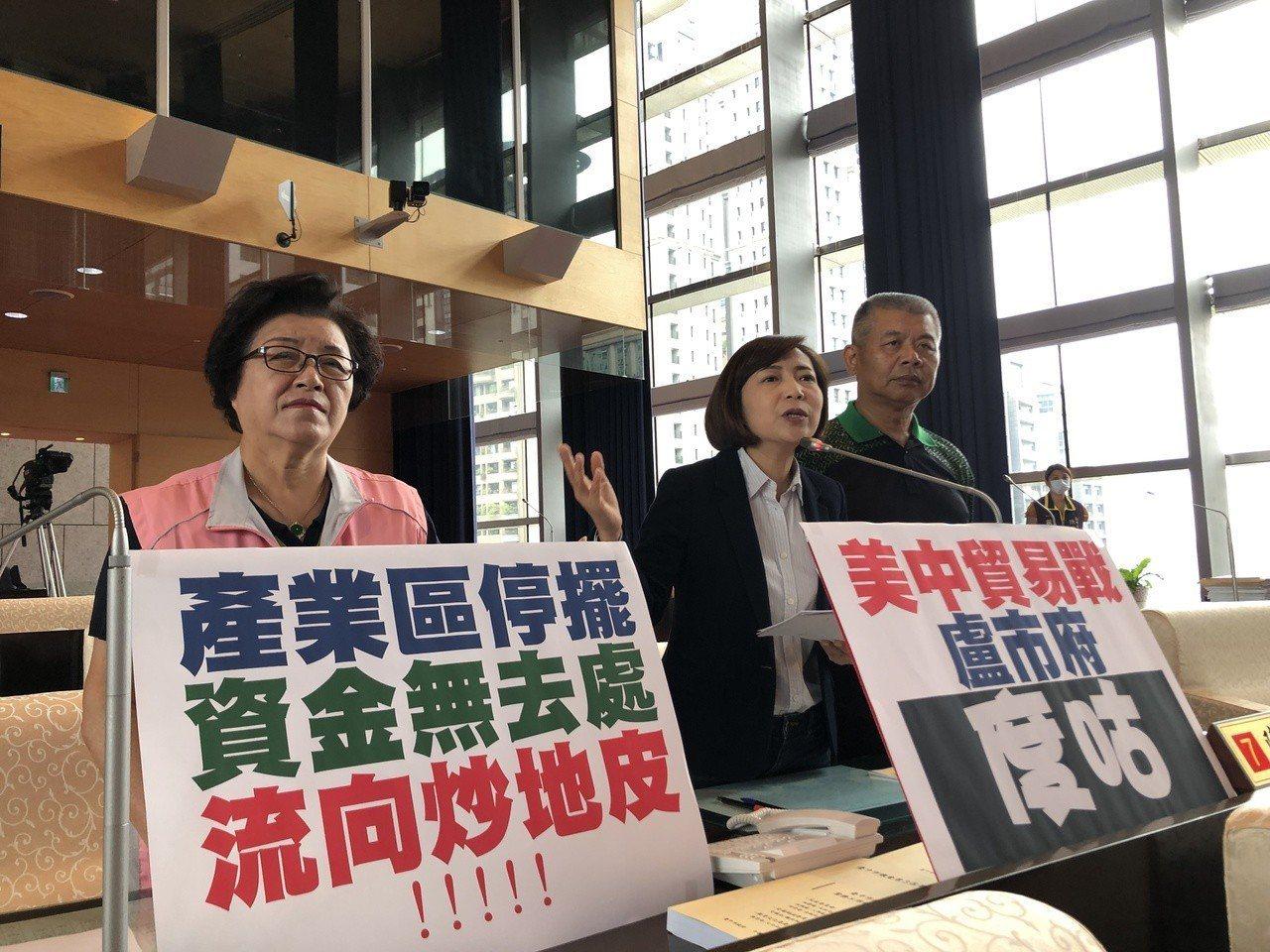 台中市議員邱素貞(左起)陳淑華、蕭隆澤要求加緊找地招商,引入投資。記者陳秋雲/攝...