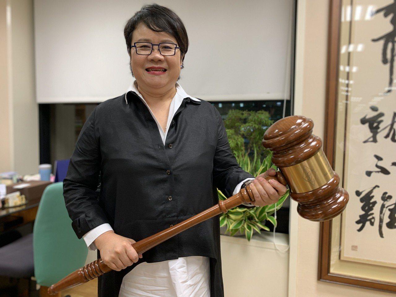 曾任法官的蔡玉玲,辦公室內有一支大大的法槌。記者黃昭勇/攝影