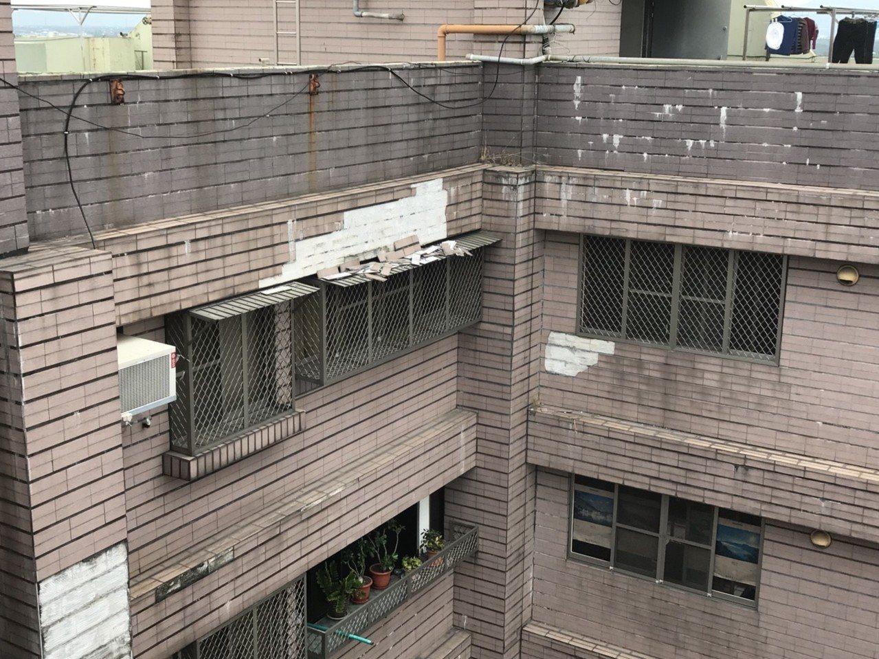 有些老大樓外觀磁磚剝落嚴重,屏東縣府希望透過自主都市更新協助大樓整建。圖/屏東縣...