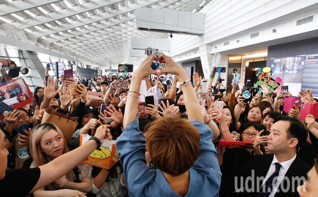 韓星李準基下午抵台,入境大廳向粉絲比出愛心。記者鄭超文/攝影