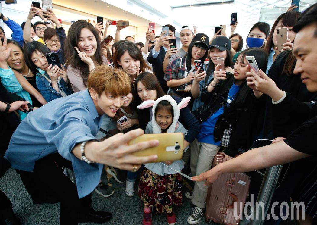 韓星李準基下午抵台,他親切弟跟一位小女孩及粉絲們自拍。記者鄭超文/攝影