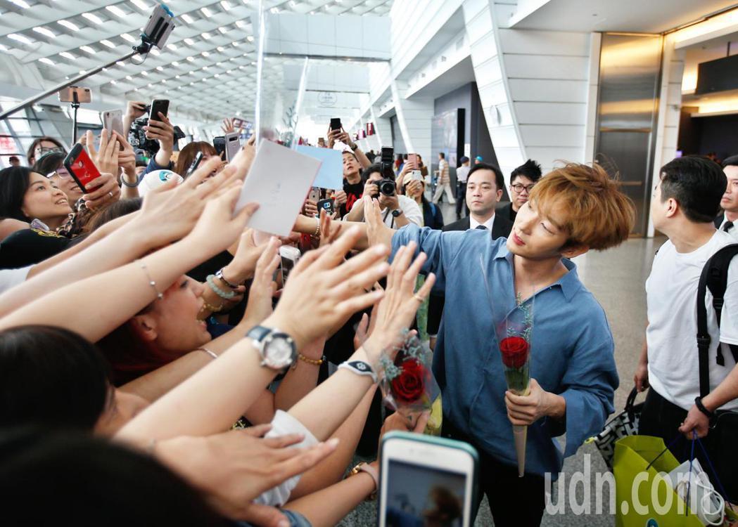 韓星李準基下午抵台,他一一跟粉絲們握手致意。記者鄭超文/攝影