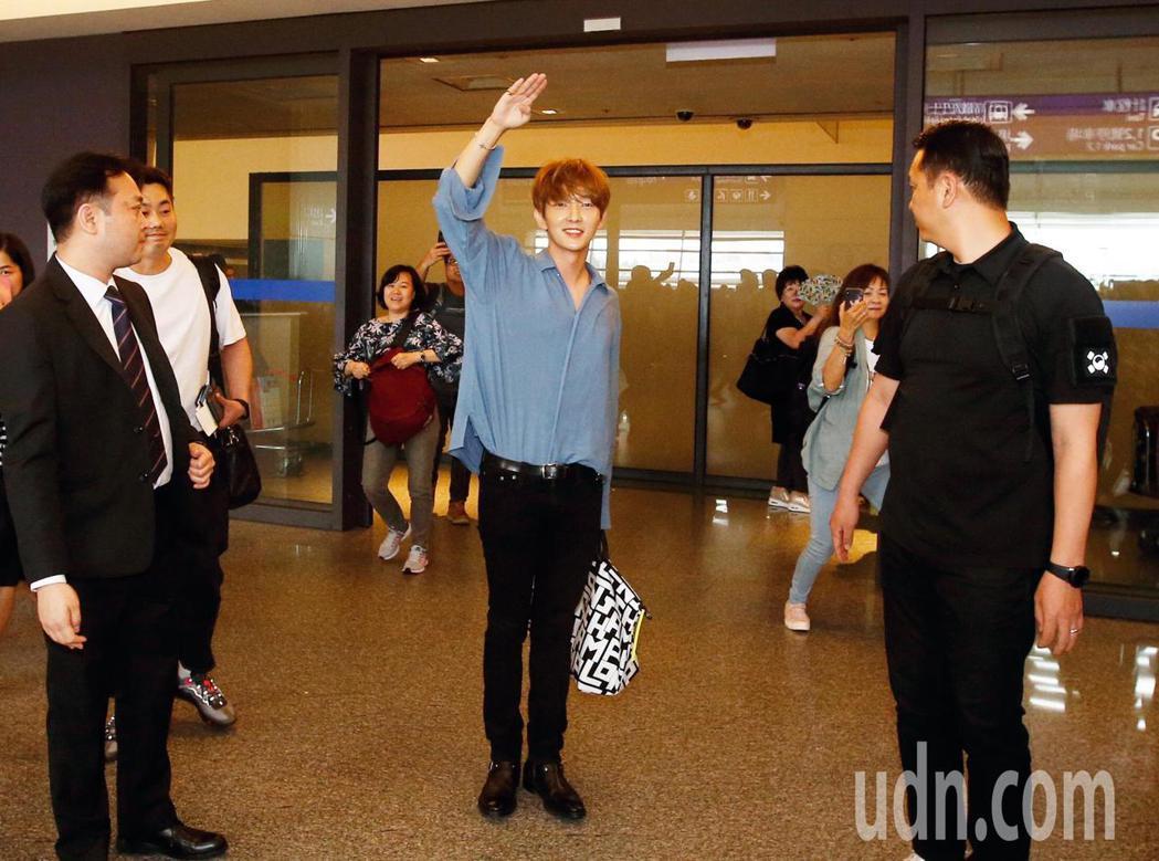 韓星李準基下午抵台,在入境大廳看到熱情的粉絲,他立刻立正揮手致意。記者鄭超文/攝...