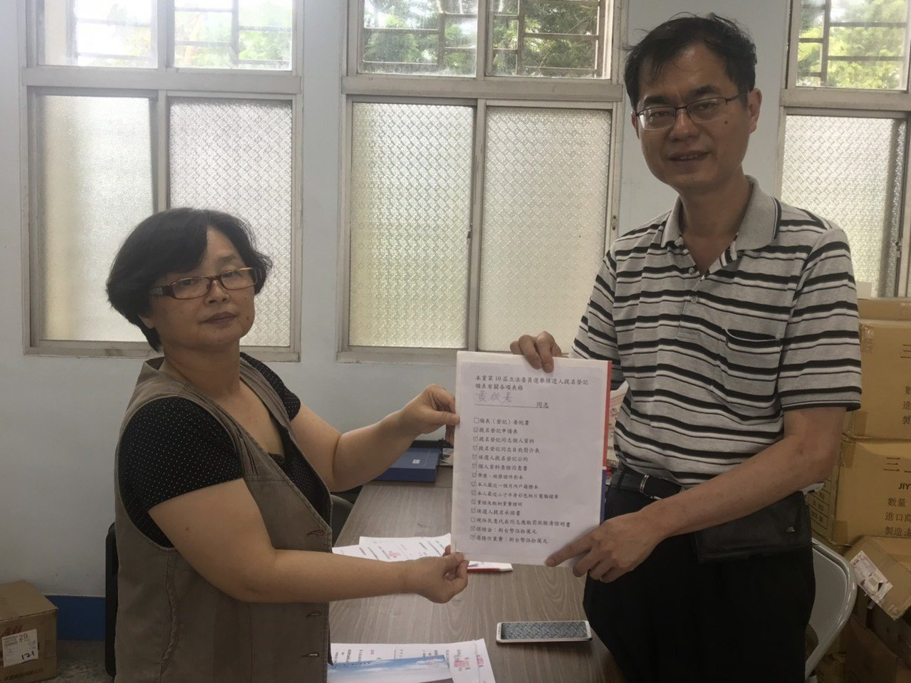 醫師黃啟嘉(右)對於國民黨內立委初選,表示會尊重遊戲規則,公平公正公開的競爭都接...