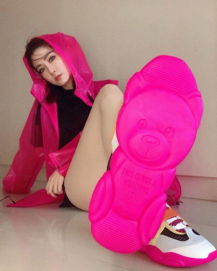 謝金燕標誌性的超長美腿示範Moschino小熊運動鞋,性感又甜美。圖/摘自IG