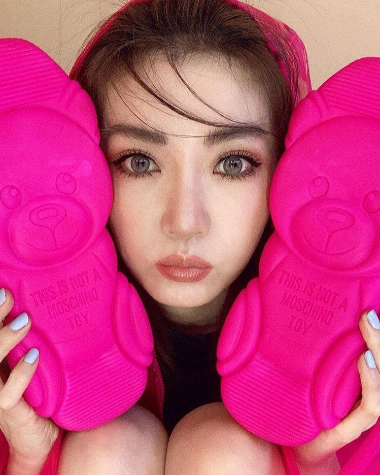 謝金燕就在自己的IG一連曬了3組照片大秀桃紅小熊鞋底。圖/摘自IG