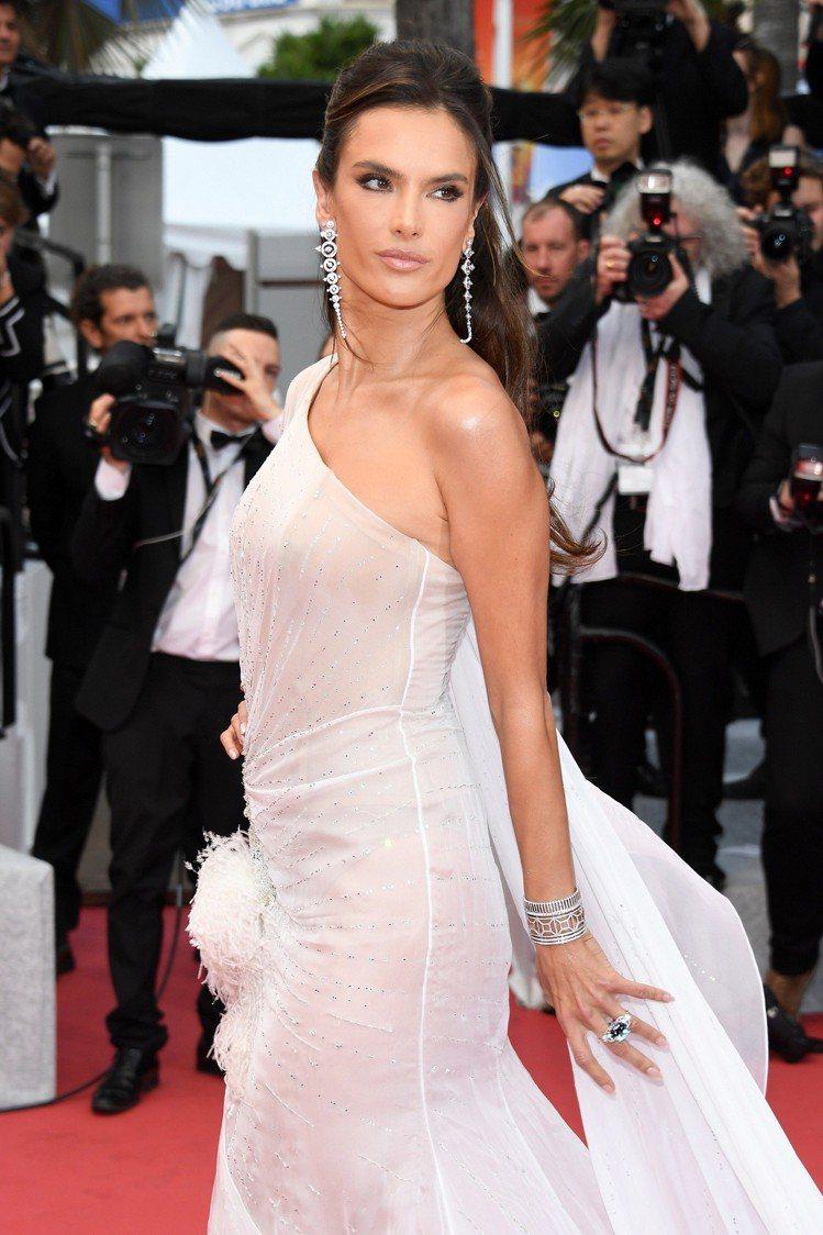 前維密天使超模Alessandra Ambrosio穿著白色Ralph & Ru...