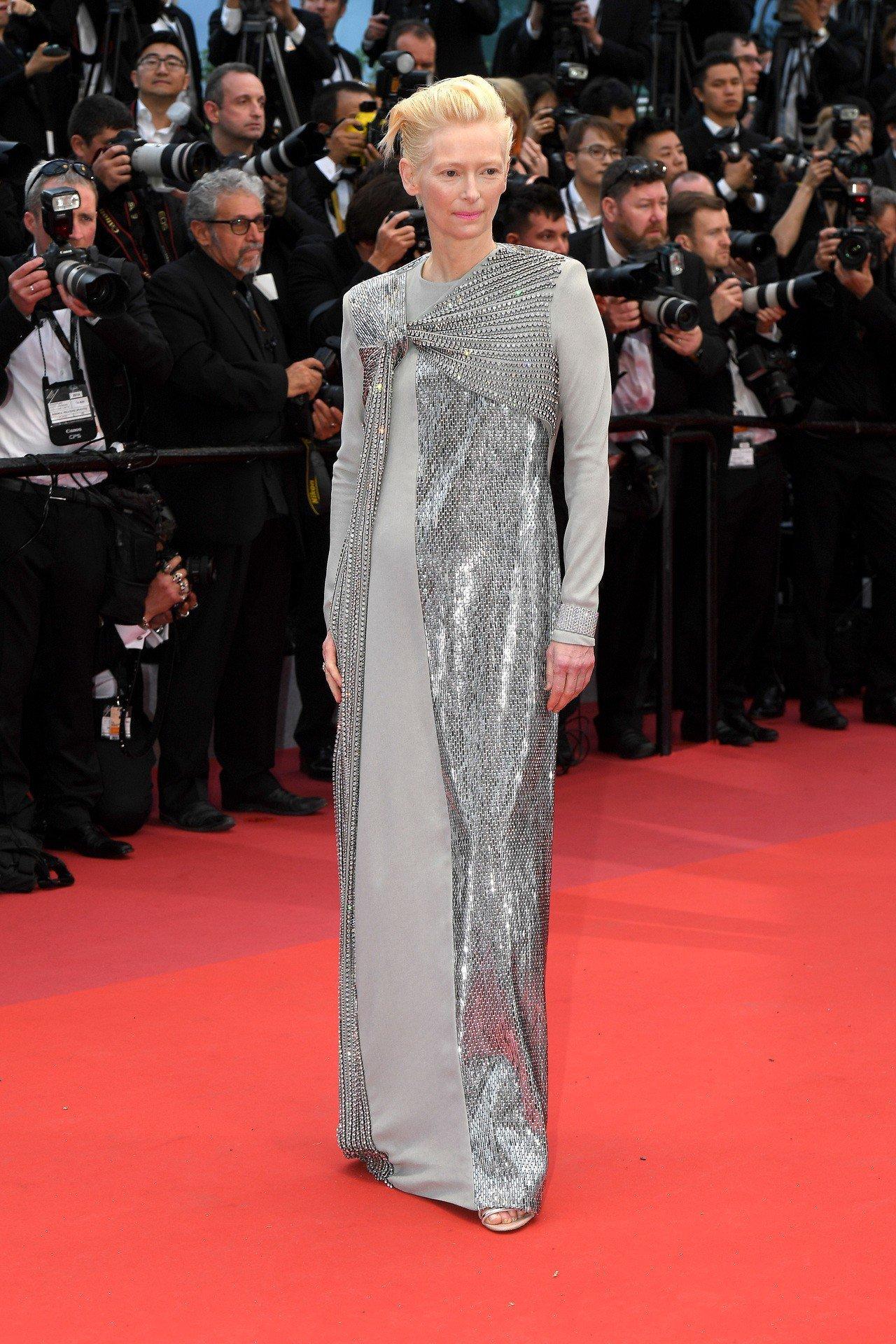 紅毯資優生蒂妲絲雲頓穿Haider Ackermann為訂製禮服,搭配卡地亞大型...