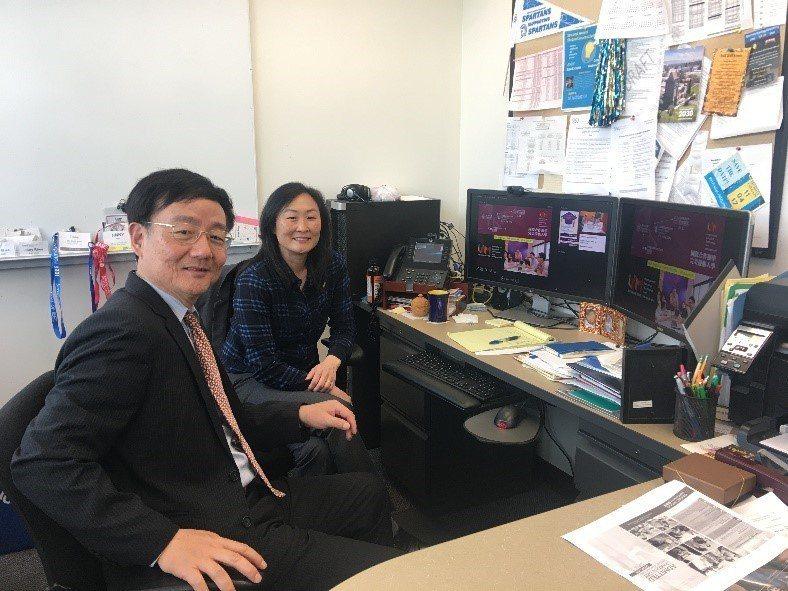 逢甲大學教授李英德(左)拜訪美國加州聖荷西州立大學工學院副院長Jinny Rhe...